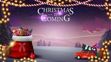 julen kommer, vykort med vackert vinterlandskap, jultomtenpåse med presenter och röd veteranbil som bär julgran