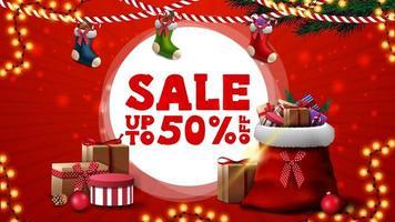 Weihnachtsverkauf, bis zu 50 Rabatt, rotes Rabatt-Banner für Website mit Weihnachtsstrümpfen und Weihnachtsmann-Tasche mit Geschenken