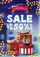 Weihnachtsrabatt Banner mit Girlande und Geschenken. vertikales Rabattbanner mit Winterlandschaft auf dem Hintergrund vektor