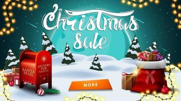 Weihnachtsverkauf, Rabatt Banner mit Winterlandschaft. großer blauer Mond, Sternenhimmel, Girlande, Knopf, Santa Briefkasten und Santa Claus Tasche mit Geschenken
