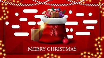 Frohe Weihnachten, rote Grußkarte mit polygonaler Textur auf Hintergrund und Weihnachtsmann-Tasche mit Geschenken im Vordergrund