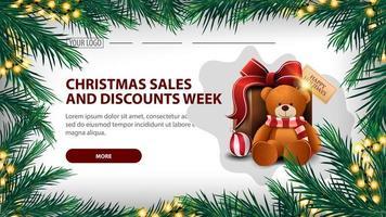Weihnachtsverkauf und Rabattwoche, weißes Banner mit Girlande aus Tannenzweigen mit gelber Girlande und Geschenk mit Teddybär