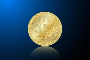 gyllene bitcoin mynt. vektor kryptovaluta gyllene symbol på blå bakgrund. blockchain-teknik
