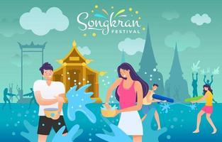 thailändska par stänkande vatten i songkran festival