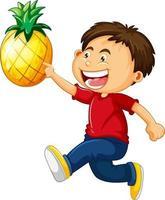 ein Junge, der Ananas-Karikaturfigur lokalisiert auf weißem Hintergrund hält