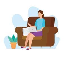 Frau, die zu Hause mit Laptop auf Couch arbeitet