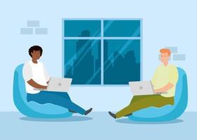 Männer, die zu Hause mit Laptops arbeiten