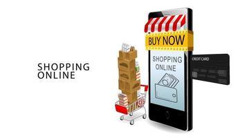 Online-Shopping-Konzept, Smartphone und Kreditkarte, Produkte auf Warenkorb mit isoliertem weißem Hintergrund