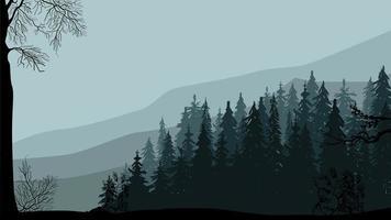 dunkler Kiefernwald, Berge und grauer Himmel, frühlingsgraue Landschaft.