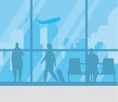 Silhouetten von Menschen am Flughafenterminal