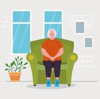 süße alte Frau, die drinnen auf dem Sofa sitzt