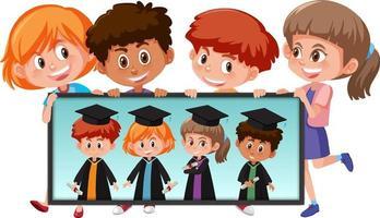 viele Kinder halten ihr Abschlussfoto
