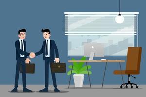 Zwei Geschäftsleute stehen und geben sich gegenseitig die Hand für die Zusammenarbeit und machen einen Deal im Büro.