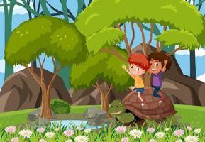 Waldszene mit Kindern, die mit einer Schildkröte spielen vektor