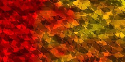 ljus orange vektor bakgrund med trianglar.