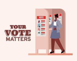 schwarze Frau an der Wahlkabine mit Ihrer Abstimmung zählt Textvektorentwurf vektor