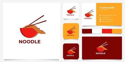 bunte Nudel auf Schüssel und Essstäbchen-Logo mit Visitenkartenschablone vektor