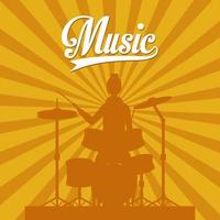 kvinna som spelar trummor