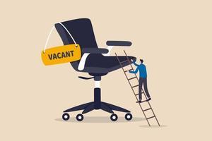 ehrgeiziger Geschäftsmannarbeiter, der die Leiter zum Bürostuhl des Managements mit leerem Schild klettert