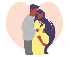 Mutterschaft und dunkelhäutige Familie. Eine glückliche schwangere Frau in einem gelben Kleid umarmt ihren Bauch mit den Händen und neben einem Mann ethnischer Zugehörigkeit. vor dem Hintergrund des Herzens. Vektorillustration