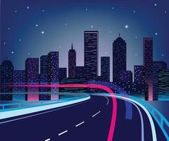 futuristisk stad på natten. mörk bakgrund stadsbild med ljusa och glödande neonlila och blåa ljus. bred motorväg framifrån. retro våg stil illustration.