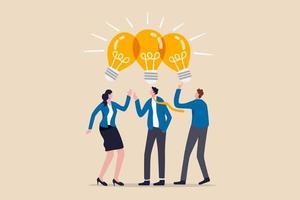 dela affärsidéer, samarbetsmöte, dela kunskap, lagarbete eller människor som tänker samma idékoncept, smarta tänkande affärsmän folk kontorsarbetare team upp dela glödlampa idé. vektor