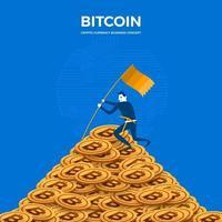 Bitcoin-Mining-Konzept. Der Geschäftsmann steht auf einem Münzberg vektor