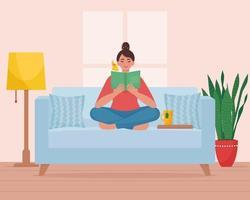 kvinna som sitter i soffan och läser en bok vektor