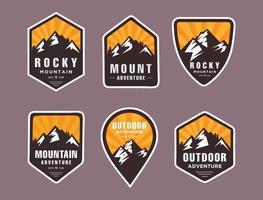 Satz von sechs Bergreise-Emblemen. Camping Outdoor Abenteuer Embleme, Abzeichen vektor