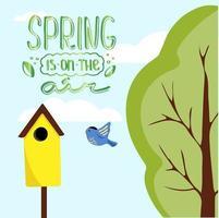Frühlingslandschaft mit Himmel, Wolken, Baum im Hintergrund und Schriftzug Frühling ist in der Luft. Vogel fliegt zum Vogelhaus. Vektorillustration im niedlichen Karikaturstil für Kinder. Hallo Frühling vektor