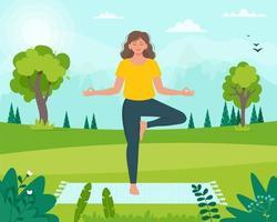 kvinna gör yoga i parken. avkopplande hälsosamt konditionskoncept. sommaraktivitet. vektorillustration i platt stil vektor