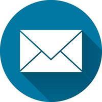 e-postikon med lång skugga svart på vit bakgrund, enkel designstil. vektorillustration vektor