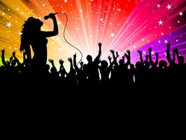 Kvinnlig sångare med folkmassan