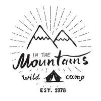 Berge Hand gezeichnete Skizze Emblem im Freien Camping und Wandern Aktivität Extremsportarten Outdoor Abenteuer Symbol Vektor-Illustration lokalisiert auf weißem Hintergrund vektor