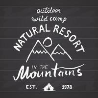 Berge Hand gezeichnete Skizze Emblem im Freien Camping und Wandern Aktivität Extremsportarten Outdoor Abenteuer Symbol Vektor-Illustration auf Tafel Hintergrund vektor