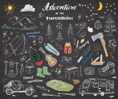 Hand-gezeichnete Skizzen-Gekritzel-Satzvektorillustration des Campingwanderns mit Gebirgszeltfloßgrill und Lagerfeueraxt und Messerkiefern-Touristenlebensmittel-Trekkingschuhen und Gummistiefeln auf Tafel vektor