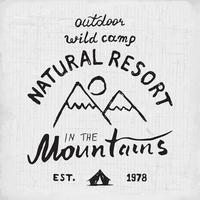 Berge Hand gezeichnete Skizze Emblem im Freien Camping und Wandern Aktivität Extremsportarten Outdoor Abenteuer Symbol Vektor-Illustration auf Grunge Hintergrund vektor
