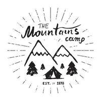 Berge handgezeichnetes Skizzenemblem. Camping- und Wanderaktivität im Freien, Extremsportarten, Abenteuersymbol im Freien, Vektorillustration lokalisiert auf weißem Hintergrund vektor