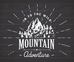 Berge handgezeichnetes Skizzenemblem. Camping- und Wanderaktivität im Freien, Extremsportarten, Abenteuersymbol im Freien, Vektorillustration auf Tafelhintergrund vektor
