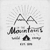 Berge handgezeichnetes Skizzenemblem. Outdoor-Camping und Wanderaktivität, Extremsportarten, Outdoor-Abenteuersymbol, Vektorillustration auf Grunge-Hintergrund vektor