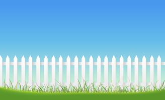 Weißer Zaun auf Hintergrund des blauen Himmels