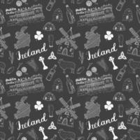 Irland Skizze Kritzeleien nahtloses Muster. irische Elemente mit Flagge und Karte von Irland, keltischem Kreuz, Burg, Kleeblatt, keltischer Harfe, Mühle und Schaf, Whiskyflaschen und irischem Bier, Vektorillustration vektor