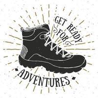 Vintage Label, Grunge strukturierte Hand gezeichnete Retro Abzeichen oder T-Shirt Typografie Design mit Wanderschuh, Trekking Boot Vektor-Illustration. vektor
