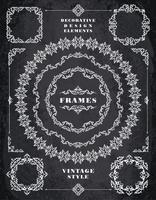 Set Retro Vintage Abzeichen, Rahmen, Etiketten und Grenzen. Kreidebrett Hintergrund