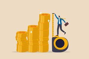 Investitionsmessung oder Benchmark, Roi, Return on Investment, Vermögensüberwachung mit finanziellem Ziel oder Zielkonzept, Geschäftsmann Investor mit Maßband, um die Stapelhöhe der Geldmünzen zu messen. vektor