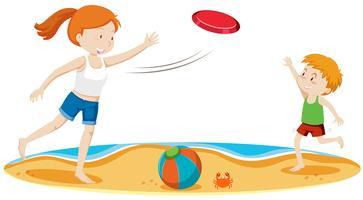Kinder, die Frisbee am Strand spielen vektor