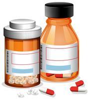 Piller och kapsel på vit bakgrund
