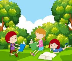 Barn läser en bok under träd