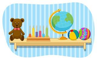Teddybär und Kugel auf hölzernem Regal