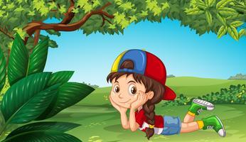 Söt tjej kopplar av i parken